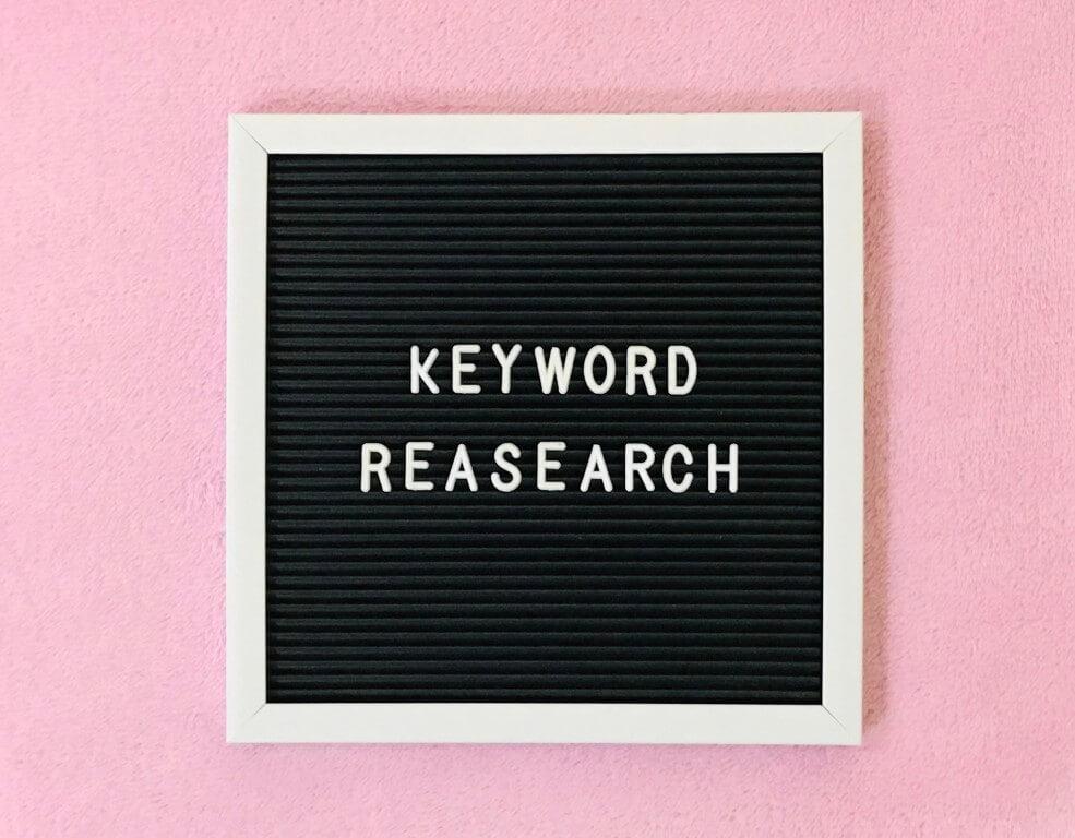De juiste zoekwoorden vinden whiteboard plaatje met tekst